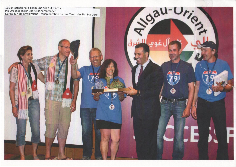 Holger (54J) gewinnt 2. Preis Rallye Allgäu-Orient, mit der Niere seiner Frau Doris (48J).